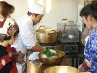 十分に発酵したカードをお湯で練り、 お餅を丸める要領で丸い形に成形します。