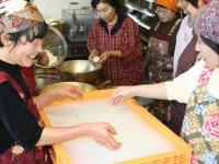 この日は80リットルの生乳を使い モッツァレラチーズとストリングチーズ を10キロほど作りました。